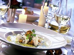 船内ではクオリティ重視の地元料理も提供する高級豪華客船