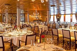 大型帆船の船内レストランは豪華で大人の旅