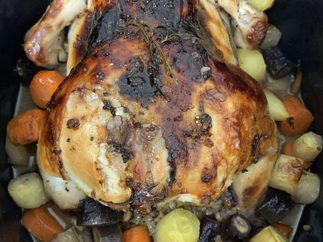 עוף לשבת: עוף שלם ממולא בפריקי עם גזרים צבעוניים