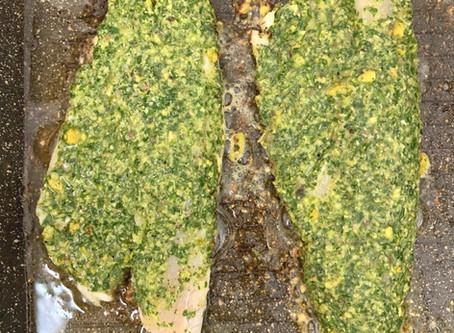 פילה לברק צלוי ומאודה עם פסטו ירוקים קיצי