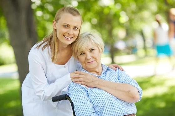 vrouw zorgt voor bejaarde.png