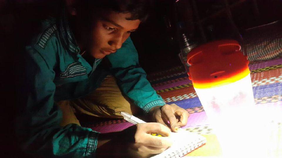 UMAR Farouq, 8, pelarian Rohingya sedang menulis di pondoknya di Balukhali, kem pelarian tumpuan di sini. Anak-anak Rohingya mahu belajar tetapi tiada peluang pendidikan di kem pelarian yang sesak dengan setengah juta pelarian baru di sini ketika ini