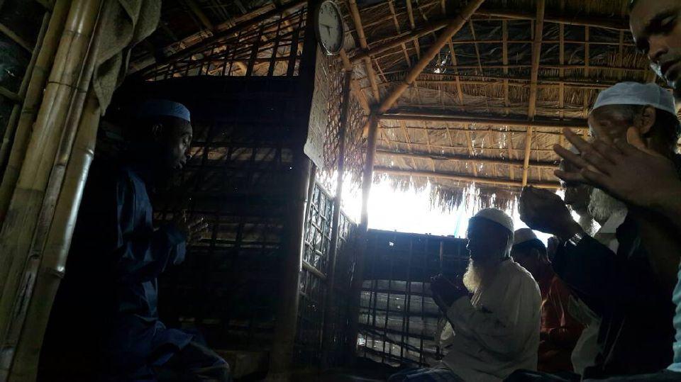 PELARIAN Rohingya sedang solat jemaah di sebuah madrasah di kem Balukhali di sini. Syiar Islam tetap subur di kem pelarian walaupun dalam keadaan daif.