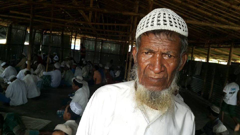 SEORANG pelarian Rohingya di masjid utama di kem pelarian Balukhali, kira-kira dua jam dari Cox's Bazar yang kini menjadi tumpuan dunia ekoran kebajiran setengah juta pelarian dari Myanmar.