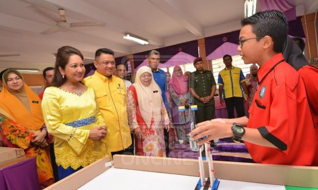 Raja Muda Perlis, Tuanku Syed Faizuddin Putra Jamalullail beramah mesra dengan pelajar selepas merasmikan Program Titian Kasih Mega SMK Arau, di Arau, Perlis