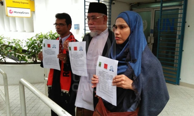 TIGA wakil NGO, Azmi Abdul Hamid (tengah), Zafar Ahmad Abdul Ghani serta Tengku Emma Zuriana Tengku Azmi menyerahkan memorandum bagi memohon United Nation (UN) mengiktiraf krisis Rakhine sebagai genosid di Pejabat UN, Wisma UN di sini hari ini