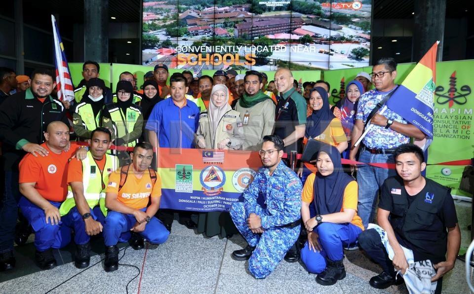 DATUK Seri Dr Wan Azizah Wan Ismail bergambar bersama sukarelawan Misi Bantuan Kecemasan Sulawesi sebelum berlepas ke Sulawesi, Indonesia dan turut bersama Ketua Pegawai Eksekutif MAPIM Malaysia merangkap Ketua Misi, Dr. Ahmad Sani Abdul Alim Araby di Lapangan Terbang Antarabangsa Kuala Lumpur (KLIA).