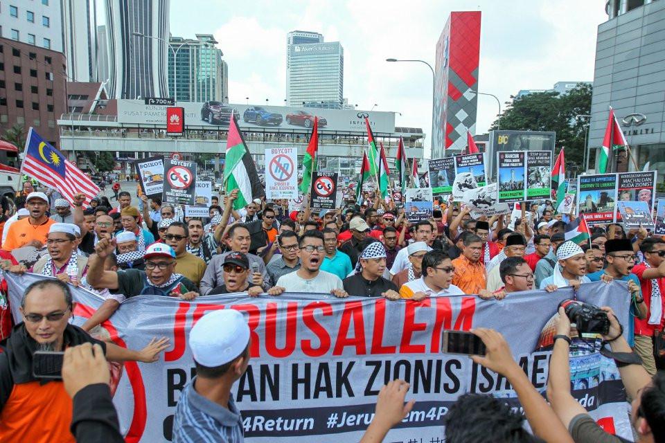 Ribuan peserta berarak ketika Demonstrasi Aman Selamatkan Baitulmaqdis ke Kedutaan Amerika Syarikat, Jalan Tun Razak, Kuala Lumpur pada 8 Disember lalu