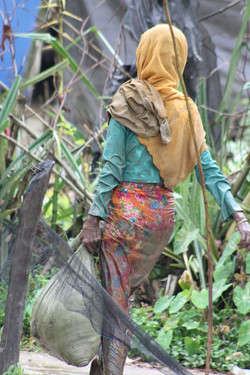 Tabung-Rohingya-Refugees-Crossing