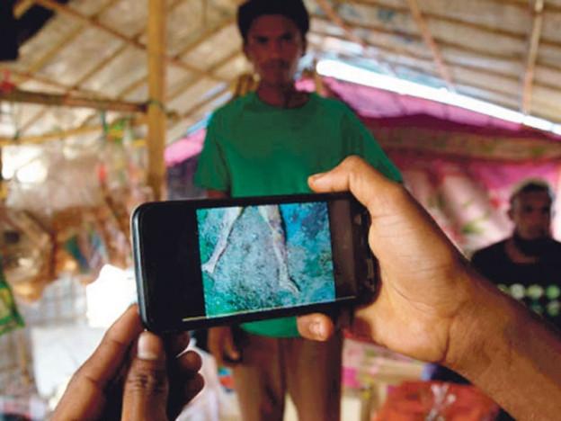 eorang penduduk Rohingya menunjukkan bukti kubur besar di barat negeri Rakhine sebelum melarikan diri ke Bangladesh.