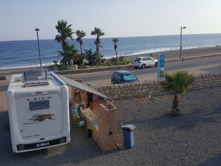 Pláž u Castillo de Carchuna na Costa Tropical