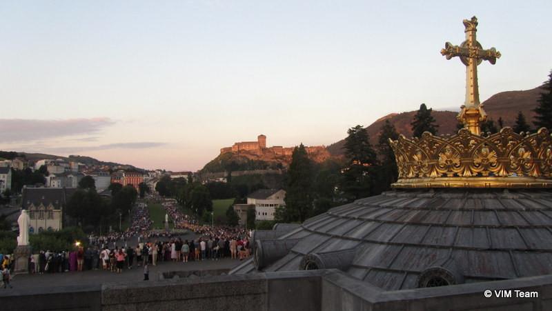 Pohled na procesí a přihlížející z horní baziliky