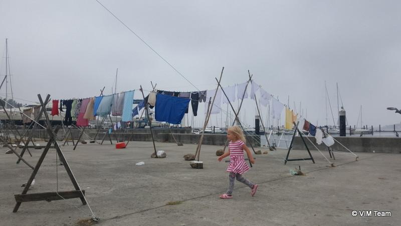 Viki běhá mezi sušáky na prádlo v přístavu v Portu