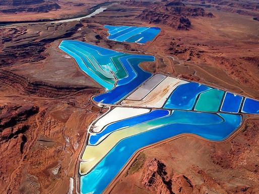 Πολύχρωμες λίμνες στην έρημο!