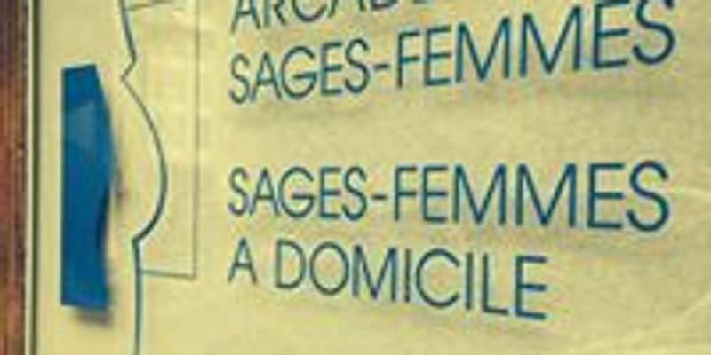 Création de pancartes en vue du défilé de la grève des femmes puis départ depuis l'arcade des sages femmes