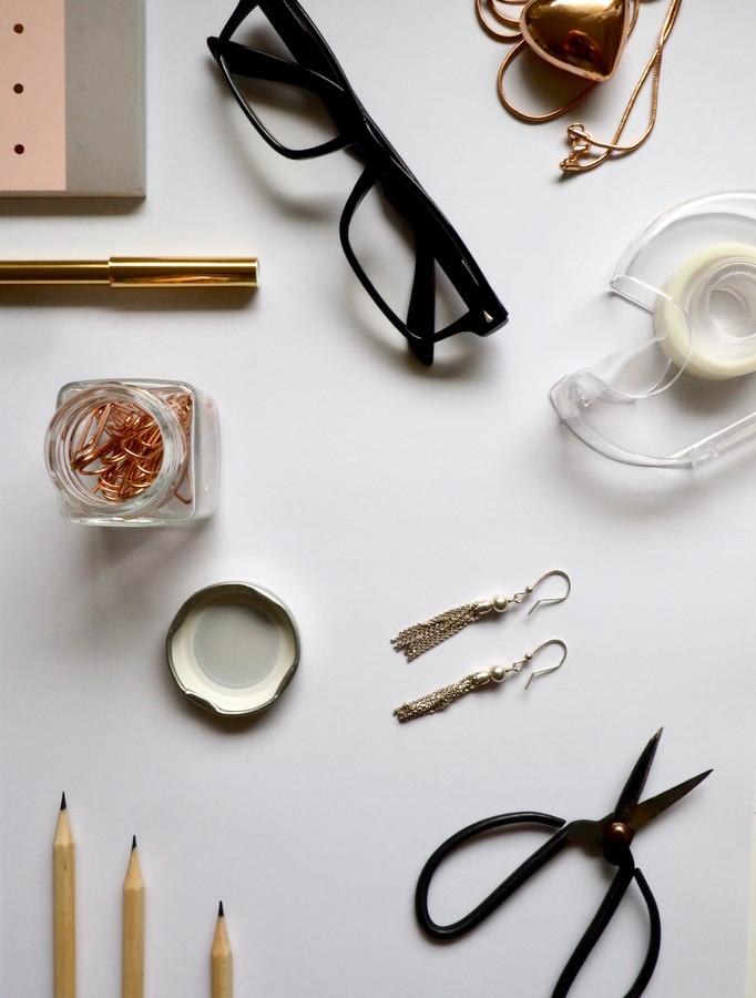 desk-eyewear-flatlay-867484.jpg