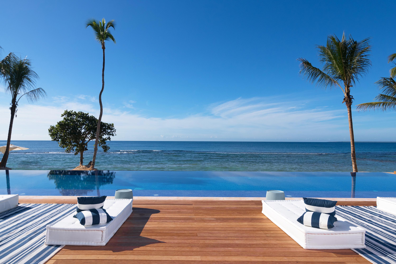Minitas Beach Club cuenta con una piscina infinita de 23 metros y un amplio salón con bar al borde d