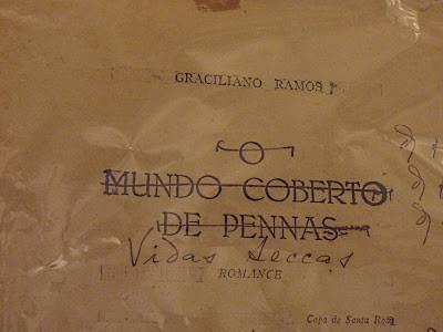 """Capa do manuscrito de Vidas Secas, de Graciliano Ramos, com o título original """"O mundo coberto de pennas"""", riscado e escrito embaixo """"Vidas Secas"""""""