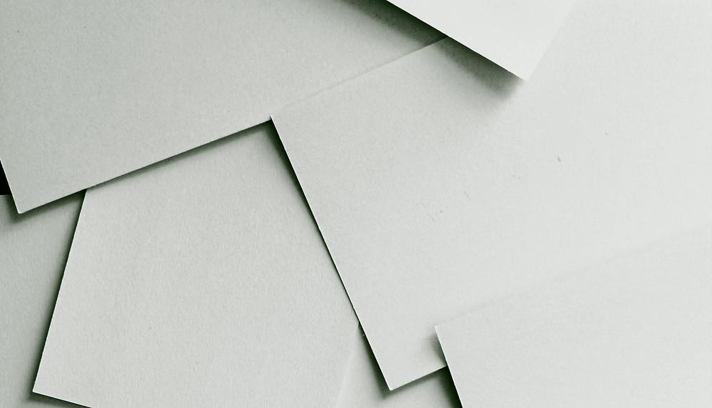 folhas em branco, não pautas, umas sobre as outras, desorganizadas