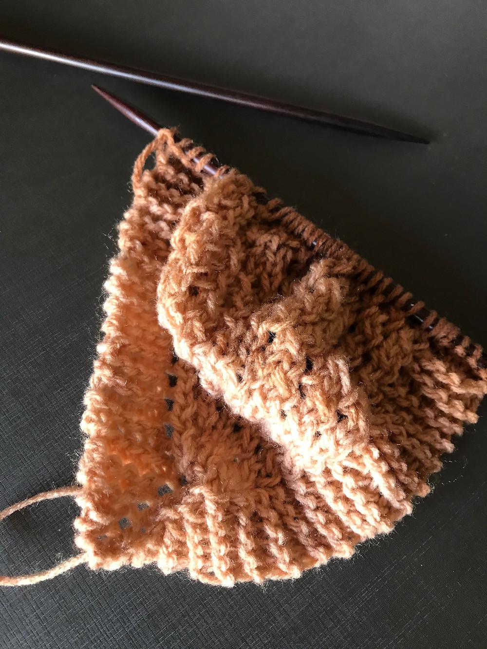 Agulhas de tricô, com um trabalho começado