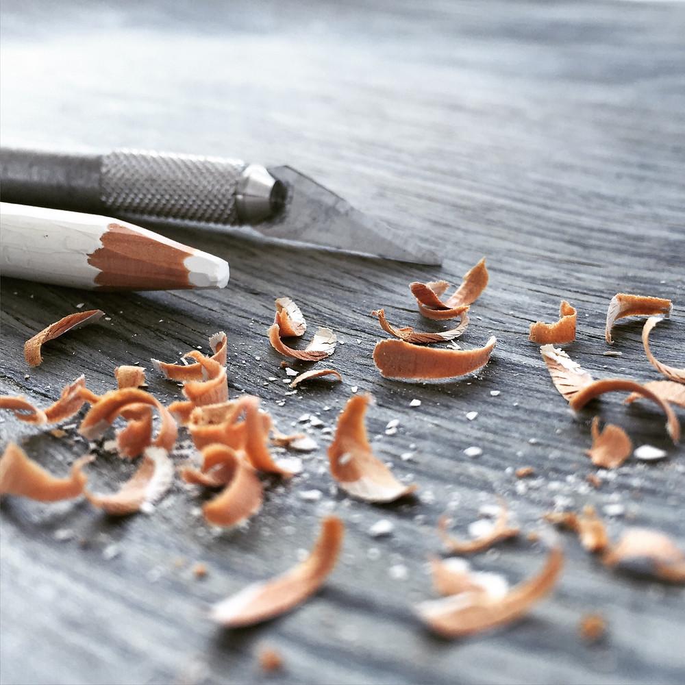 Estilete, lápis e cascas de lápis apontado