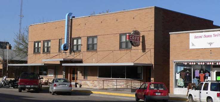 1024px-Bassett_Lodge_and_Range_Cafe_from