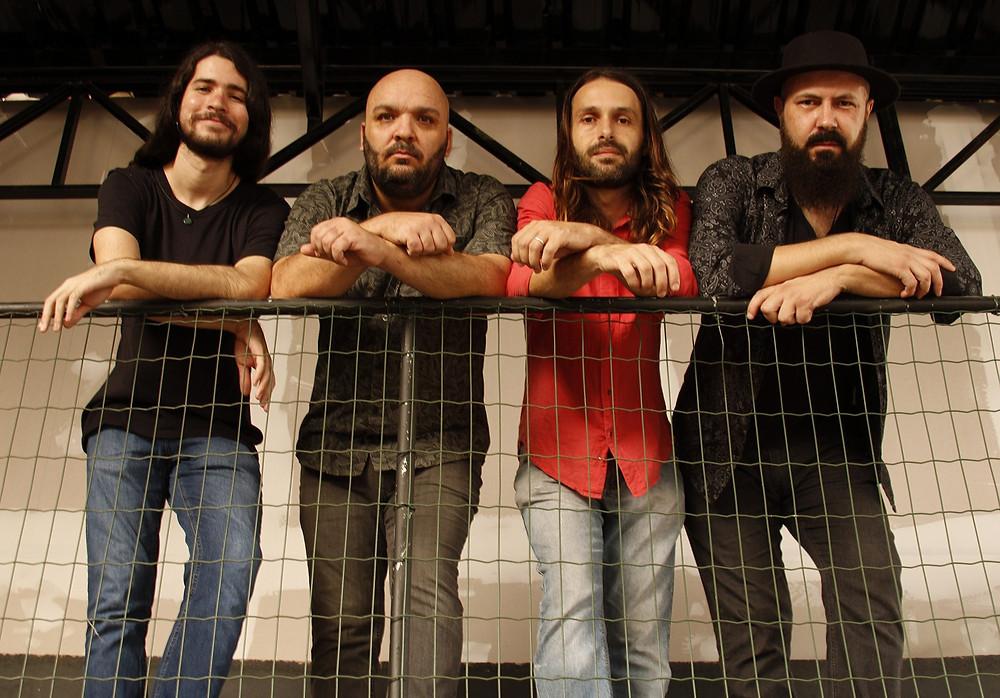 A banda Flores de Plástico anunciou lançamento de seu segundo single.