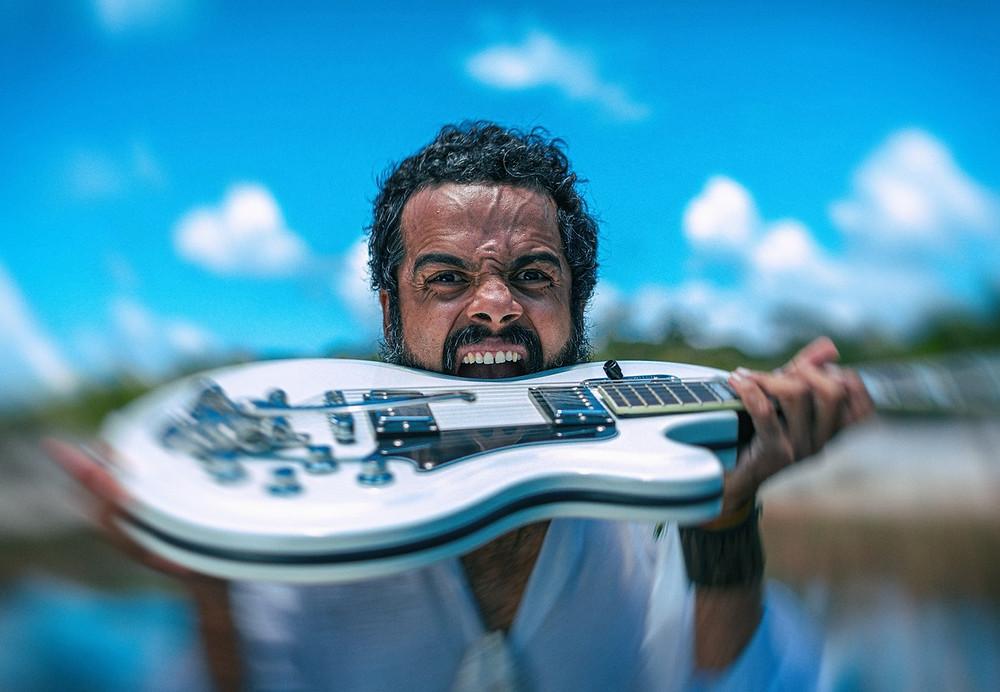 O vocalista e guitarrista da banda sergipana The Baggios, Julico, lançou seu primeiro álbum solo, ikê maré!
