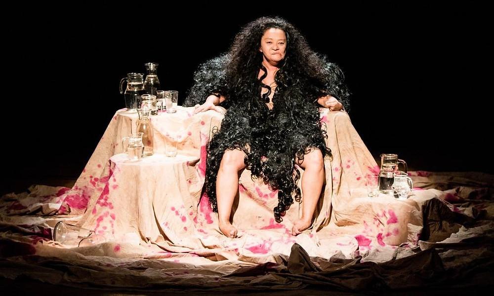 Estrelado pela atriz Nena Inoue, a peça é inspirada na obra Mulheres, de Eduardo Galeano.