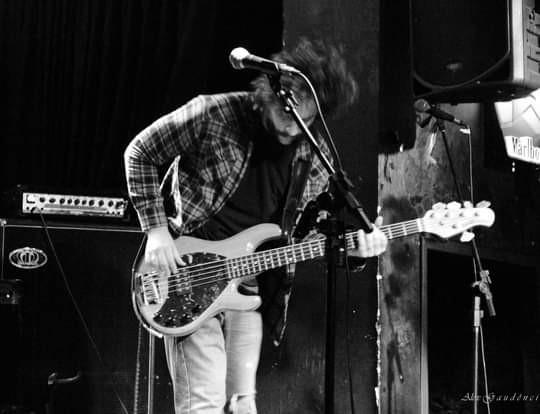 O baixista da banda Séquito, Bruno Hosp, lançou o projeto 3 Baixos.