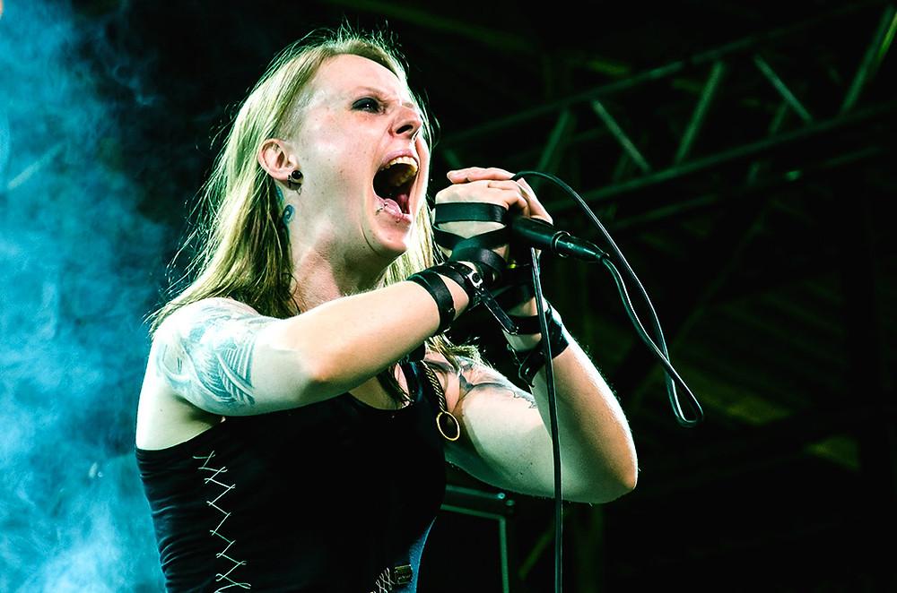 Tati Klingel tem quinze anos de carreira, à frente de bandas de Heavy Metal e som extremo.