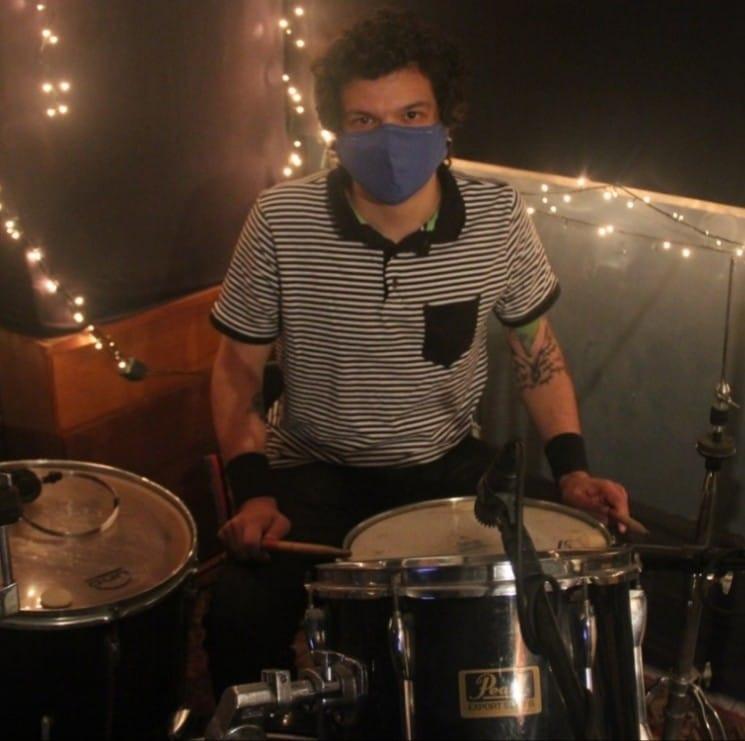Saulo Andrade em gravaçao de drum cover, durante a quarentena.