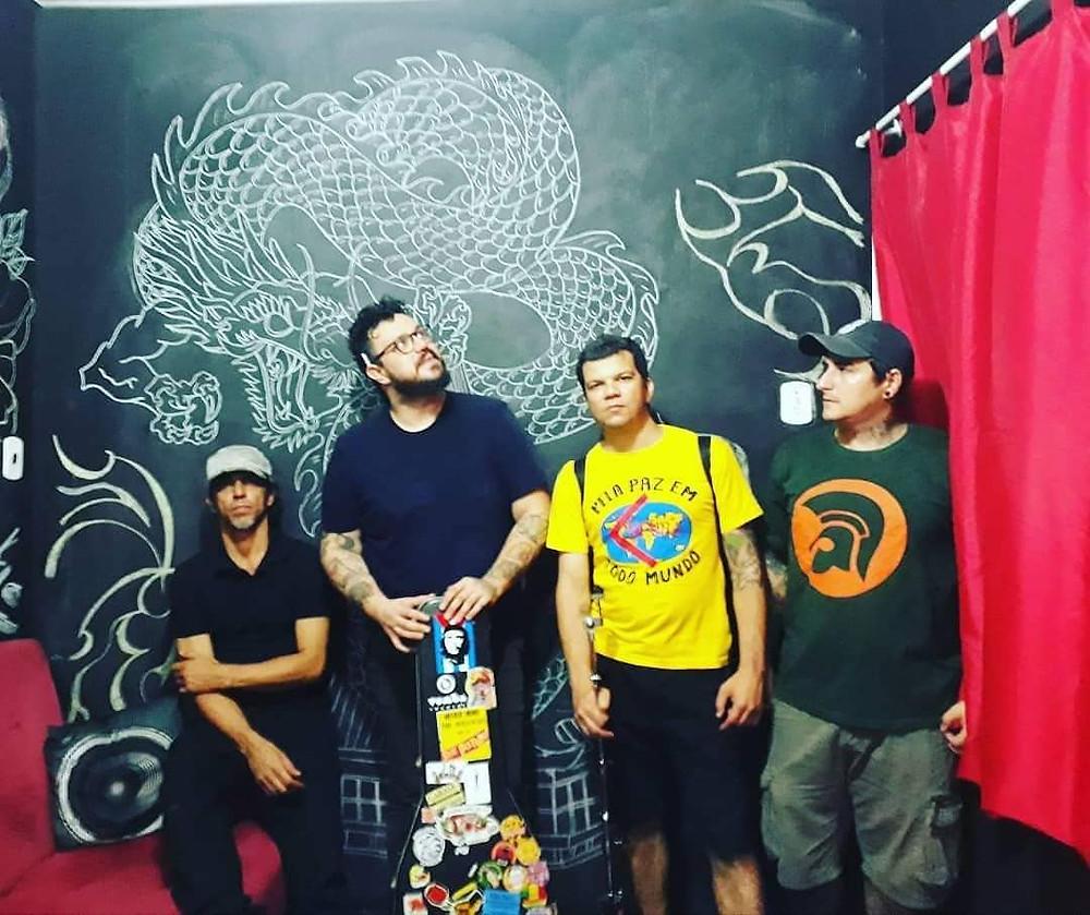 Saulo Andrade com a formação mais recente da banda Nauzia.