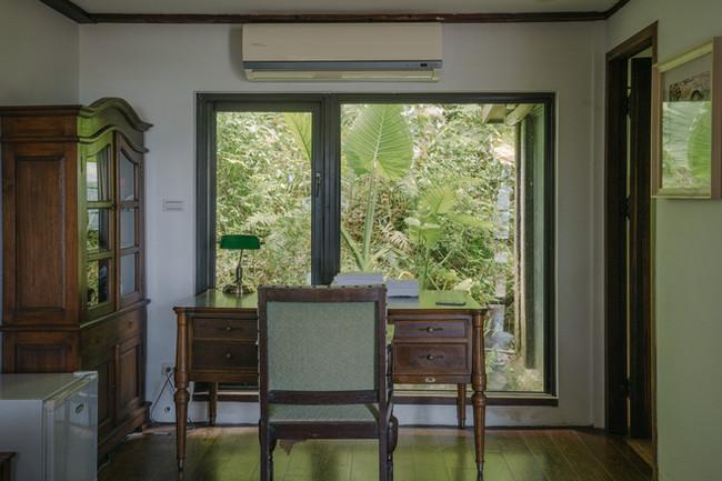 書桌與面山落地窗