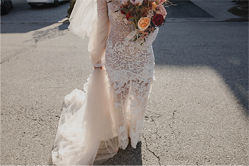 bride-with-lace-dress-and-flowers.png