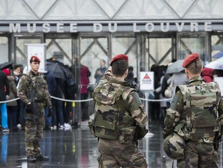 Un presunto yihadista ataca con machete a unos militares junto al Louvre.