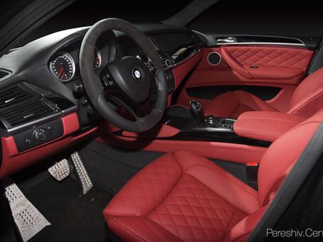 Перетяжка салона автомобиля BMW красной кожей и алькантарой