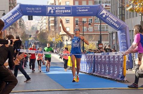 El benidormense Juan Antonio Fernández Cantos vence en la Mitja Marató d´Alcoi