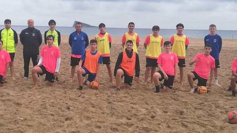 La sección de Fútbol Playa del CF Benidorm entrena bajo las nubes
