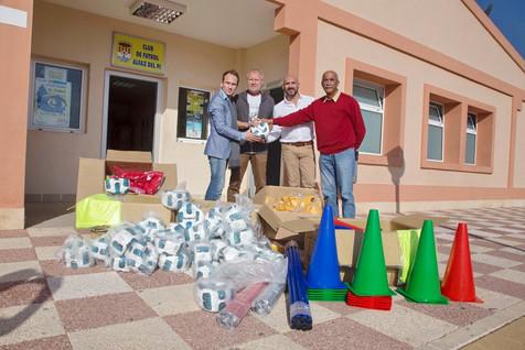 Los organizadores del Marina Baixa Cup donan material deportivo al Club de Fútbol de l'Alfàs del