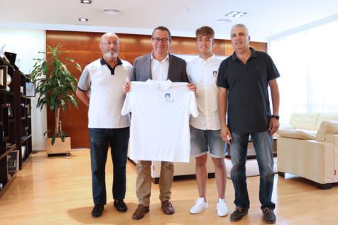 El alcalde de Benidorm recibe al deportista local Mariano Cebrián tras su participación en la Copa d