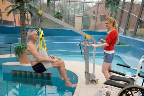 Deportes adquiere una grúa móvil para facilitar el baño en la piscina del Palau a personas con movil