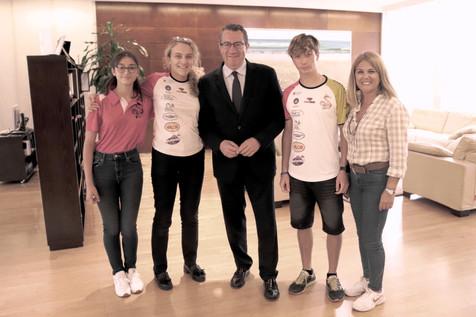 El alcalde Toni Pérez recibe a los palistas Pepe Casamayor, Ana Serralta y Paula Muñoz