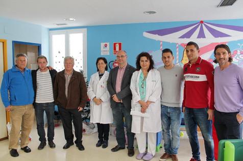 Los jugadores del Villajoyosa C.F entregan regalos a los niños del Hospital Marina Baixa