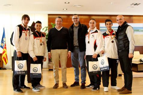 Los luchadores del Club Tae Benidorm lucen sus trofeos tras el campeonato de España