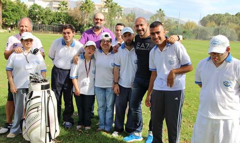 Alumnos de centro doble amor reciben clases de Golf en el campo del Albir