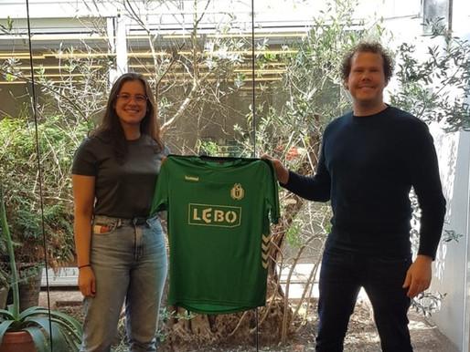 US-shirt op het kantoor van sponsor LEBO