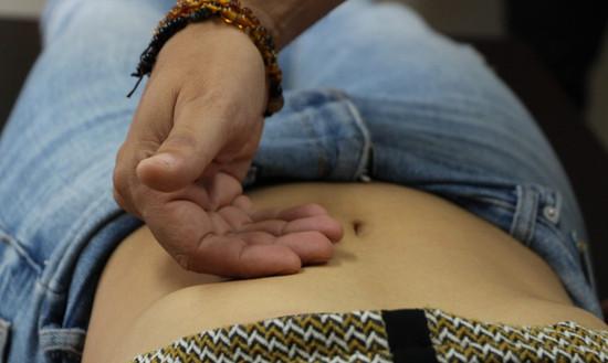 Sélectionner la formule (jīng fāng 经方) la mieux adaptée grâce à la palpation abdominale (fù zhěn 腹诊).
