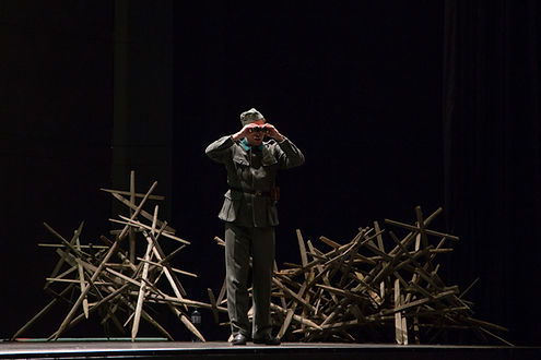Dieses Bild zeigt Frederik Baldus, Opernsänge ( Bariton / Bass-Bariton) bei der Arbeit an einer Uraufführung der Oper Stillhang