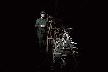 Auf iesm Bild sieht man den Opernsänger Fredeik Baldus als Oberstabswachtmeister Schleif mit Liesl Karlstadt (Isabel Karajan). Die Oper Stillhang wurde 2018 urauffgeführt - dieses Bild entstand im Rahmen der Proben.